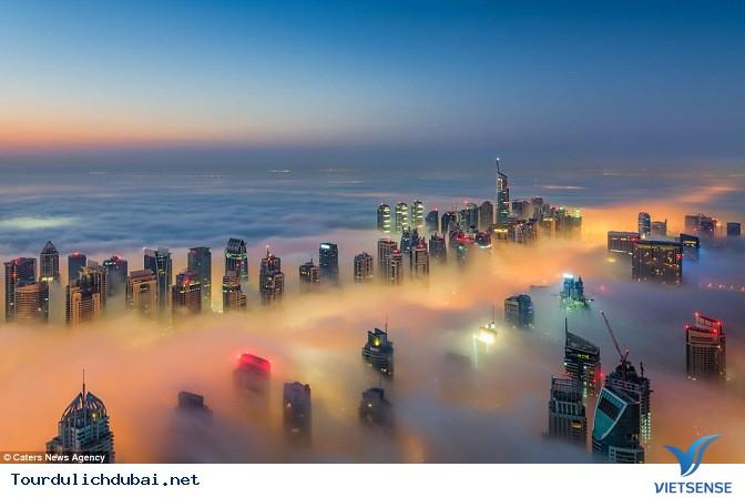 Bình minh Dubai trong lớp sương mù nhiều mầu sắc - Ảnh 1