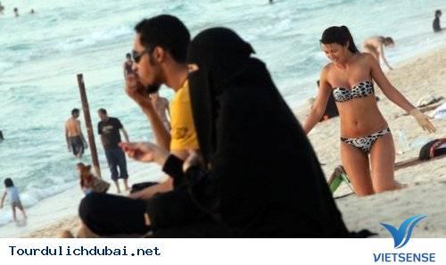 Không nên mặc bikini giữa nơi đông người