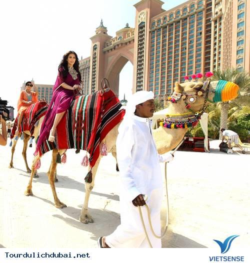 Ngắm nhìn Kim Kardashian cưỡi lạc đà trên guốc 15cm ở Dubai - Ảnh 2
