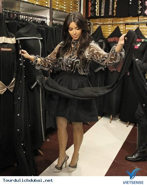 Ngắm nhìn Kim Kardashian cưỡi lạc đà trên guốc 15cm ở Dubai - Ảnh 7