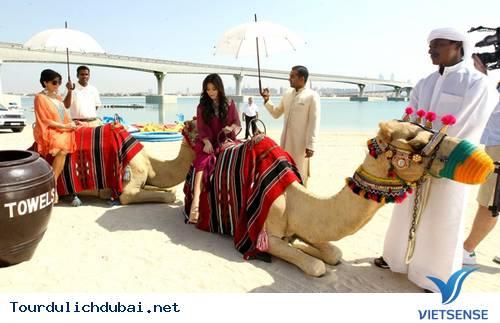 Ngắm nhìn Kim Kardashian cưỡi lạc đà trên guốc 15cm ở Dubai - Ảnh 6