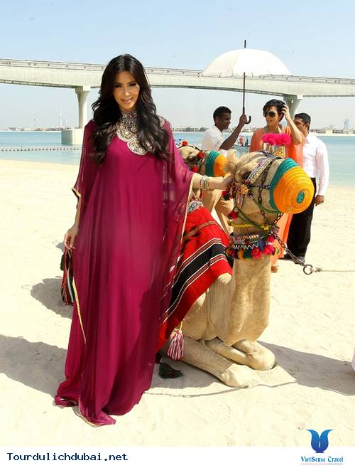 Ngắm nhìn Kim Kardashian cưỡi lạc đà trên guốc 15cm ở Dubai - Ảnh 5