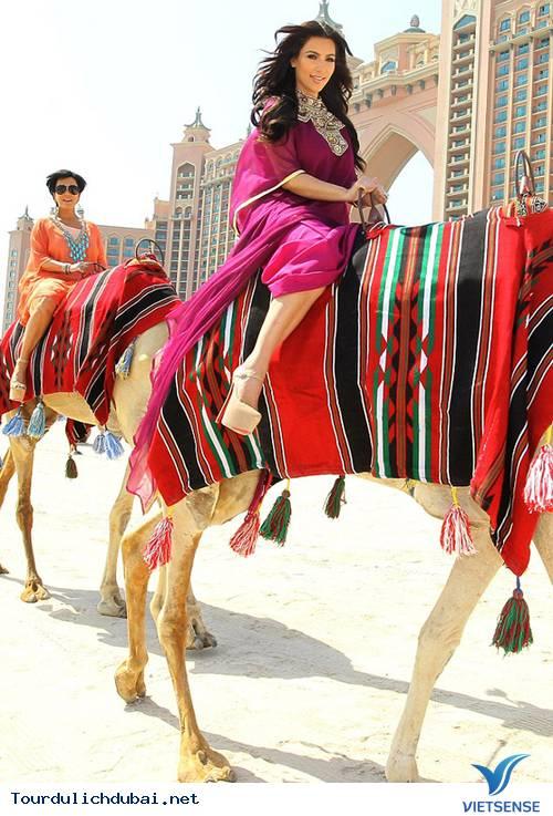 Ngắm nhìn Kim Kardashian cưỡi lạc đà trên guốc 15cm ở Dubai - Ảnh 1